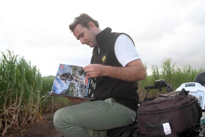 Nicolas en pleine lecture, dans un sentier de champs de canne, du côté de Bel-Ombre à l'île Maurice