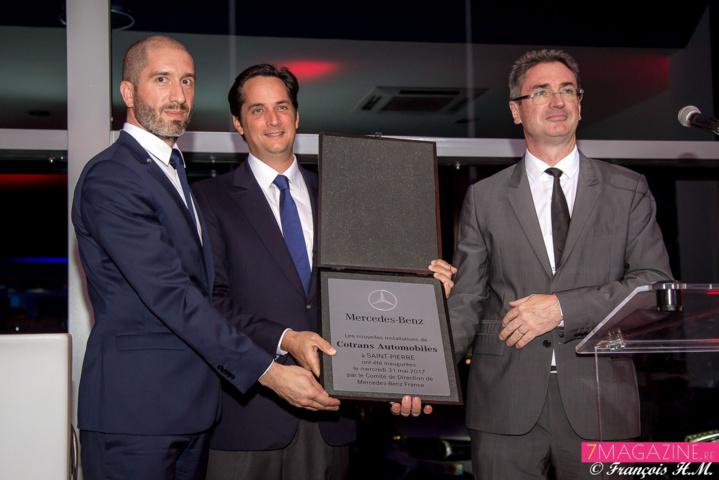 Hubert Mardon, Rodolphe Hayot et Bertrand Sireyjol avec la plaque commémorative