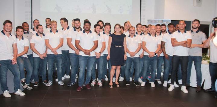 L'équipe de France avec Yolaine Coste, vice-présidente de la Région
