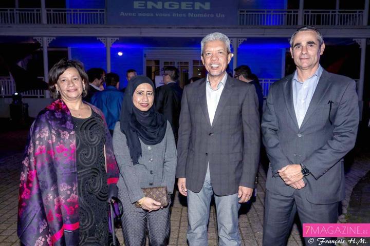 Sandra Terblanche, directrice du service stratégie et communication d'Engen Petroleum Ltd, Datuk Mohd Farid Adnan, directeur général d'Engen Petroleum Ltd et son épouse, et Drikus Kotze, directeur général du service Commerce international
