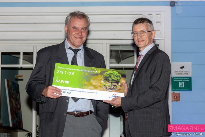 Hervé Maziau a remis un chèque de 279 713€ de Certificats d'économie d'énergie à Philippe Lorion, directeur général de la Saphir