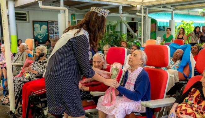 Miss Réunion visite les personnes âgées malades de l'USLD