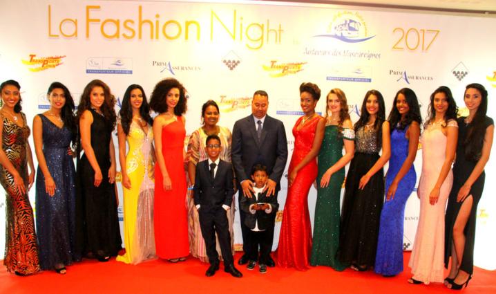 Les candidates Miss Réunion 2017 rassemblées autour de Jean-Louis Moutoussamy et de sa famille