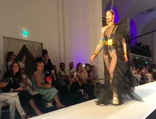 Miss Univers défile à Paris pour Jean-Paul Gaultier