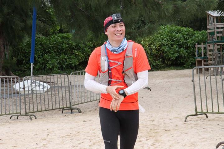 L'illustre dernier des 42 km:Stéphane Wong, qui a couru pendant 8h, 15 minutes et 40 secondes