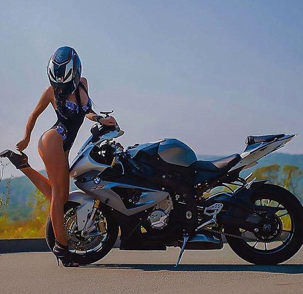 La motarde la plus sexy de Russie se tue sur son engin