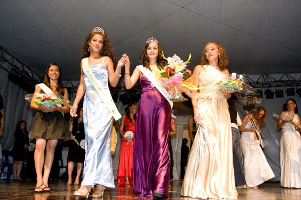 Elsa Paüs (en bleu), la Reine 2008 et Maeva Maillot, la nouvelle Reine