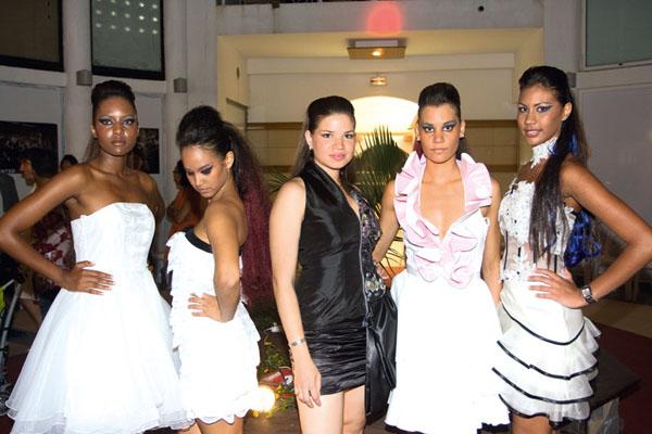 Virignie Maillot (au centre) pose avec 4 mannequins du défilé : Mélodie, Céline, Amandine et Emilie