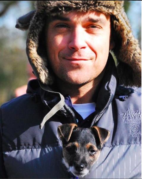 Robbie Williams tout nu devant le sapin