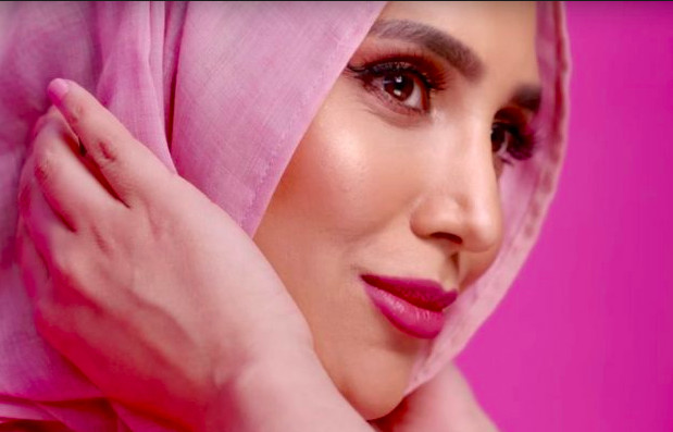 Le premier mannequin voilée l'Oréal se retire après ses tweets polémiques