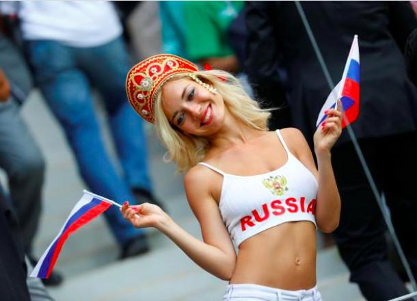 La supportrice russe qui fait le buzz aime poser court vêtue