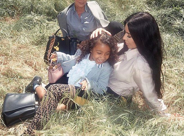 Scandale: Kim Kardashian a fait lisser les cheveux de sa fille