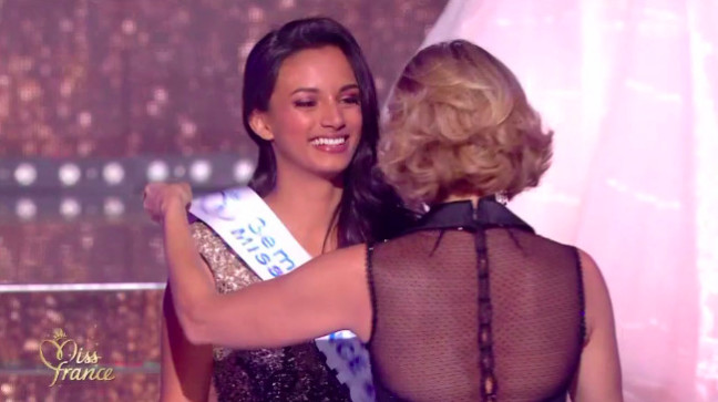 Photo: Capture TF1/ Miss Réunion, au moment où elle reçoit son écharpe de 3ème dauphine des mains de Sylvie Tellier