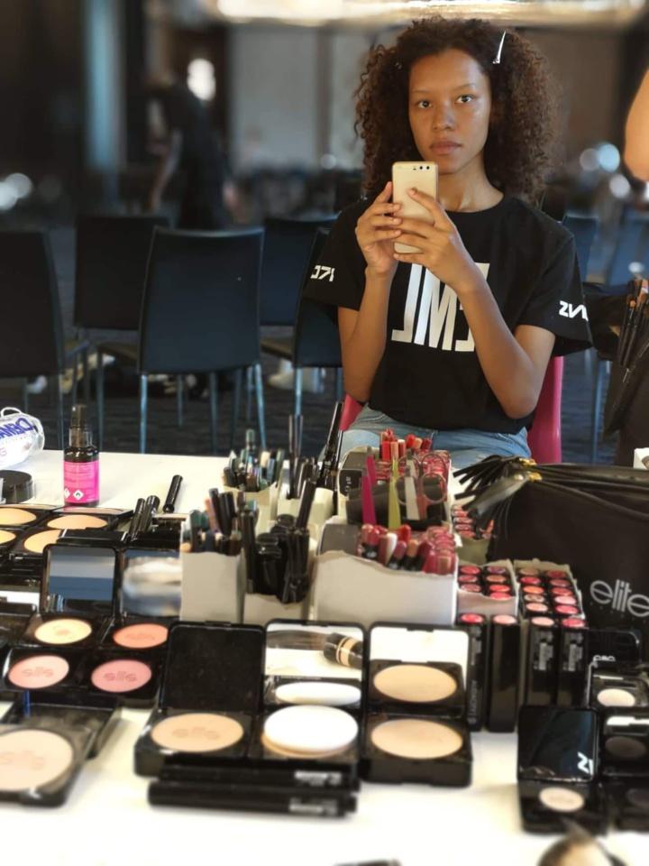 Agnès au maquillage