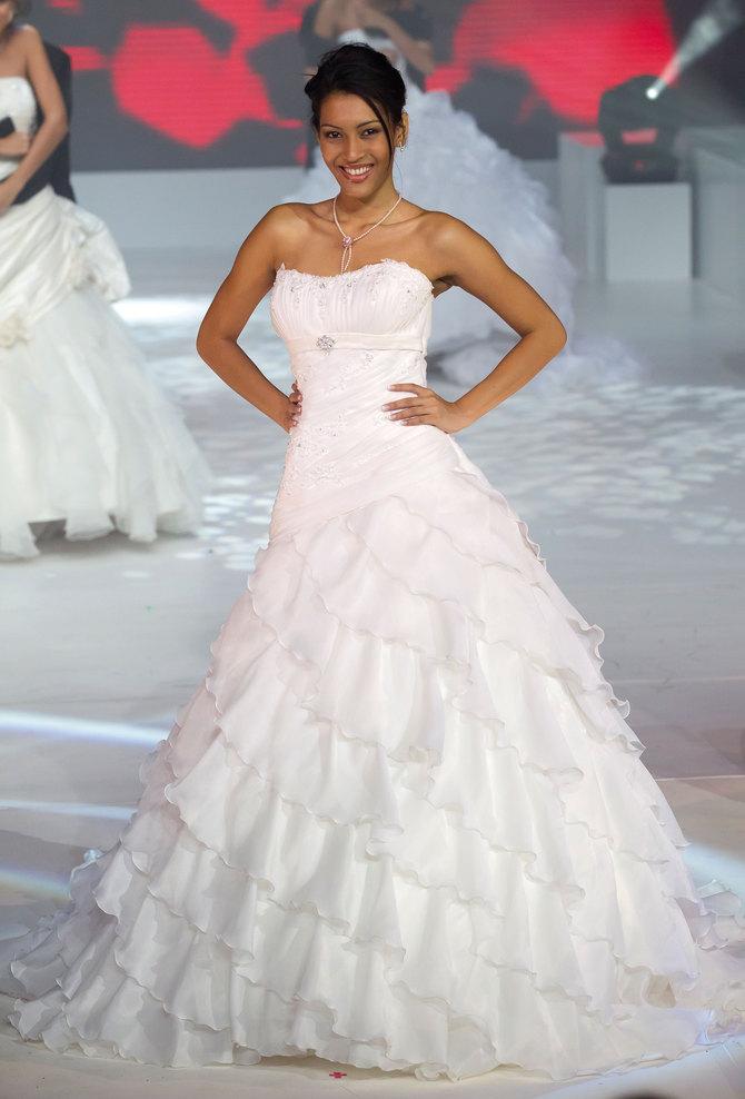 Cinq robes de mariées, une seule Miss