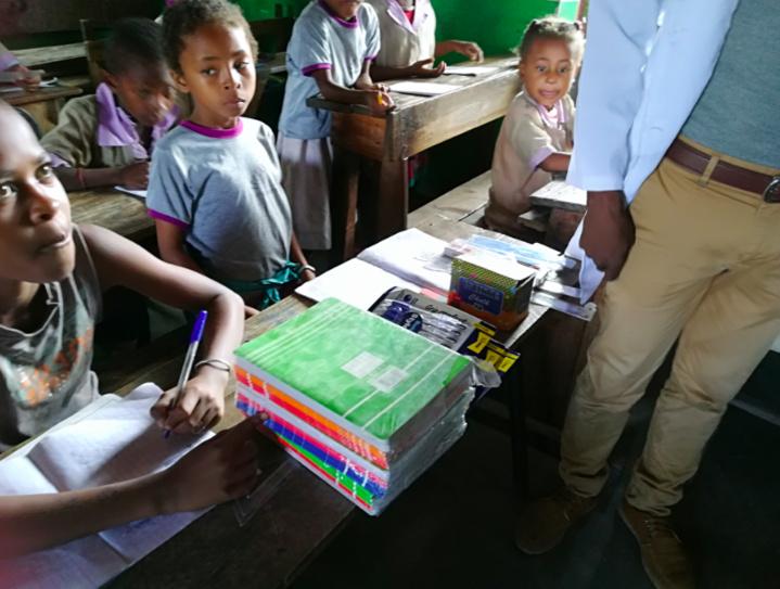 Notre gagnante a également participé à une distribution d'aide matérielle dans une école et auprès d'une association sportive