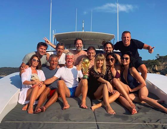 Valérie Bègue aux côtés de Deschamps et de ses amis, pour les 1 an de la Coupe !