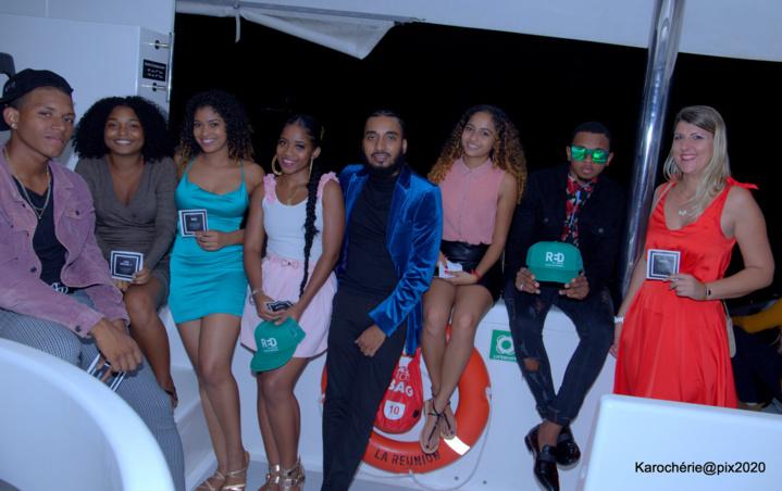 Samuel Narsou en veste bleue entouré des jeunes influenceurs locaux