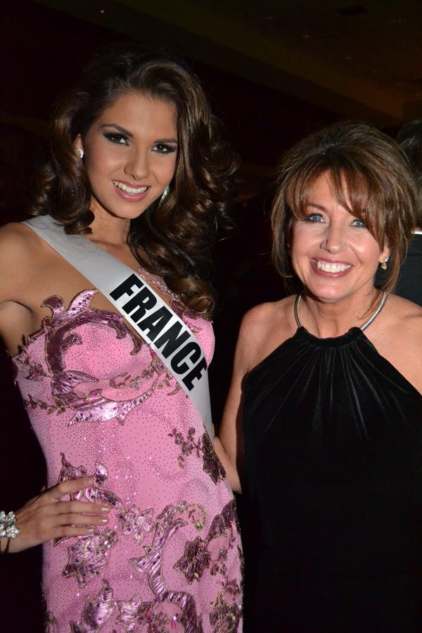 Marie Payet avec Paula M. Shugart, la présidente du comité d'organisation de Miss Univers