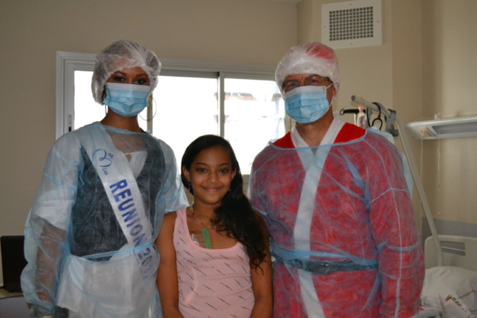 Miss Réunion et le Père Noël  avec les enfants malades