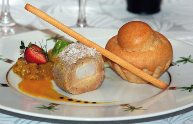 L'entrée, La Ballottine de foie gras et noix de Saint-Jacques, chutney d'ananas Victoria et fruit de la passion à la vanille Bourbon, brioche pur beurre... Quand les saveurs de notre île rencontrent un grand classique de la cuisine française...