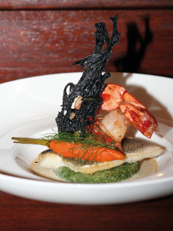 Le poisson, Sur un risotto de quinoa en verdure d'herbes, quelques camarons et filet de bar rôti sur sa peau, carottes fanés, velouté léger à la vanille