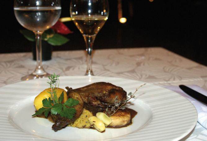 Autour du pigeon, La cuisse confite à la fleur de thym et la poitrine         juste poêlée sauce Paul Cézanne, pommes fondantes et quelques légumes du jardin