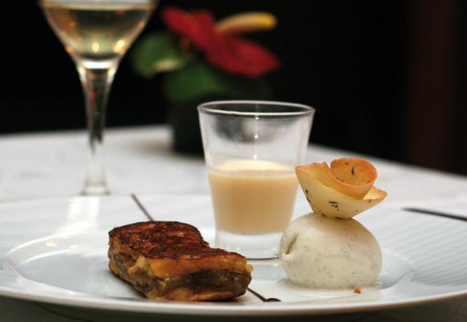 Le dessert, Croque violette, crème de Calisson d'Aix de Provence et glace diamant noir... Un sublime dessert