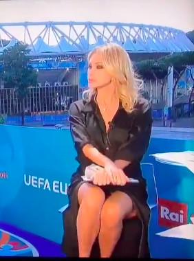 L'animatrice italienne de l'Euro a-t-elle oublié sa culotte?
