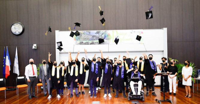 Remise des diplômes de la faculté des Sciences de l'Homme et de l'Environnement à la l'Université du Tampon