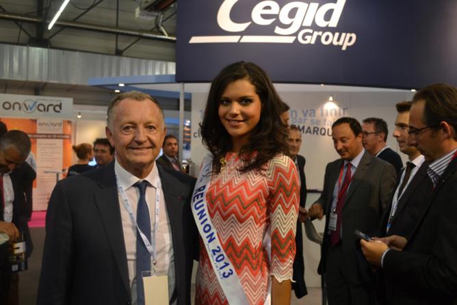 Jean Michel Aulas et Vanille M'Doihoma, sur le stand CEGID Group