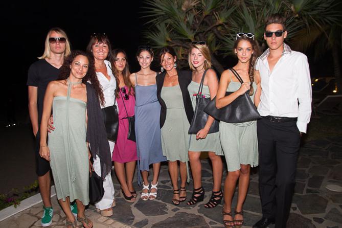 La créatrice Mag au centre, entourée de toute l'équipe du défilé: maquilleuse, et mannequins