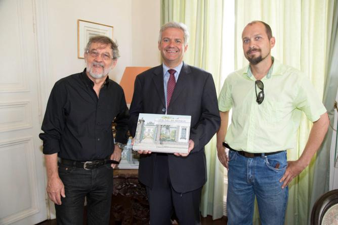 Daniel Vaxelaire présente son nouveau livre, en compagnie  de Bernard Frémont, directeur général de La Banque de La Réunion, et d'Olivier Giraud, l'illustrateur