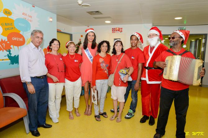 Les bénévoles de l'Association Sourire de l'Enfant avec Miss Réunion et le Père Noël, Jean-Luc Trulès et Aziz Patel