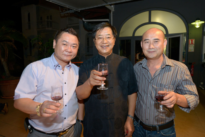 James Wang, président de l'association des commerçants chinois  à La Réunion, Wang Kejun, consul général adjoint, et Mr Yuan