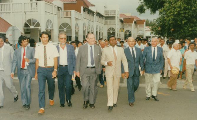 """""""Je suis entré en politique avec Jean-Paul Virapoullé, grand homme politique,  et j'ai soutenu Raymond Barre"""" Ibrahim en chemise blanche, Raymond Barre au centre, et Jean-Paul Virapoullé en costume beige"""