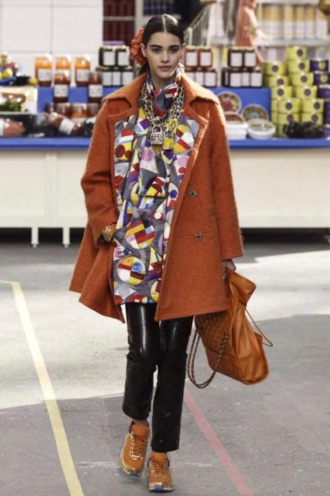Pauline, en Chanel, manteau XXL et baskets