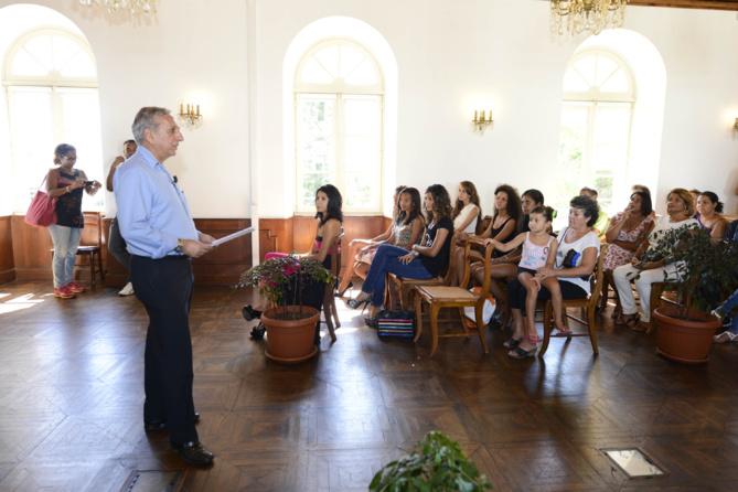 Aziz Patel, le délégué régional du Comité Miss France rappelle aux candidates les différentes conditions nécessaires à la validité de leur inscription
