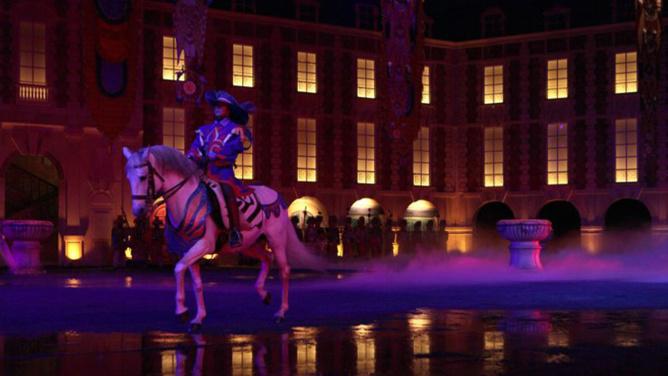 Les mouquetaires du roi, les chevaux semblent flotter sur l'eau
