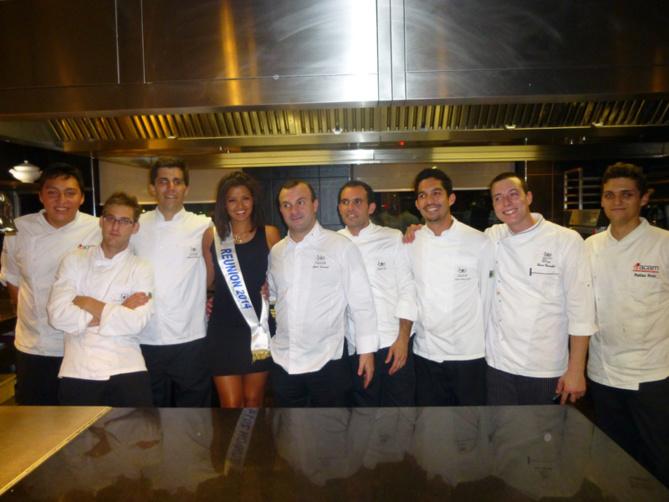 Miss Réunion, à côté du chef de l'Institut  Cyril Bosviel et des élèves... Un privilège rare que de visiter la cuisine
