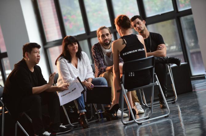 Jade rencontre les équipes de l'agence Elite, les agents ici avec notamment au centre Victoria da Silva, la directrice internationale Elite Model Look