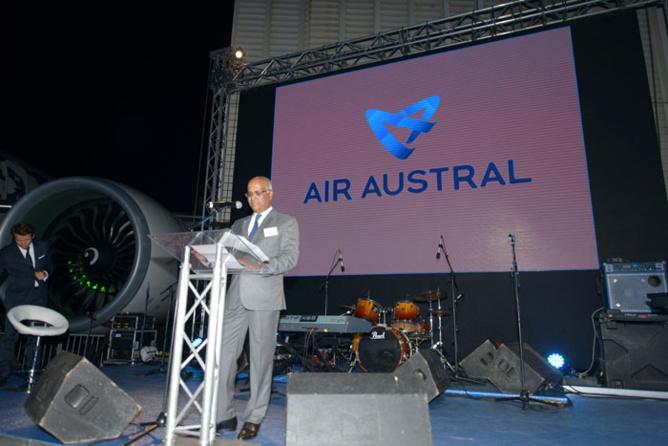 Marie-Joseph Malé, PDG d'Air Austral devant le nouveau logo de la compagnie