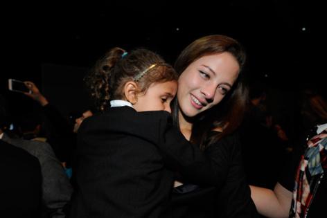 A l'issue du show, Jade retrouve sa petite soeur Olympia pour un gros calin