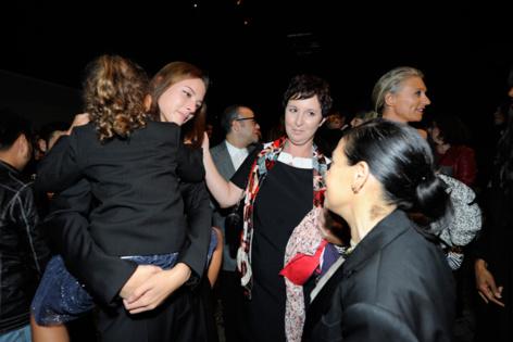 Iris Minier, responsable du scouting de l'agence vient féliciter Jade et la réconforter