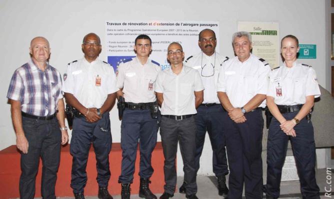 Le commandant Eric Hoarau, chef de la PAF (Police de l'Air et des Frontières) à l'aéroport de Pierrefonds, et ses collaborateurs