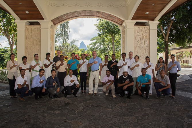 Toute l'équipe du Hilton Mauritius, la main sur le coeur, lors d'un impressionnant cérémonial de départ, à l'instar du directeur de l'hôtel Dominique Dmytryszyn