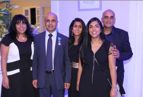 Une autre photo de famille : entouré de ses frères et soeurs Bilkisse Omarje, Salma Lala, Amina lala et Shoeeb Lala