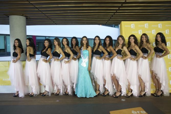 Les 12 candidates entourent Anne-Gaëlle Laterrière, 1ère dauphine de Miss Réunion 2014