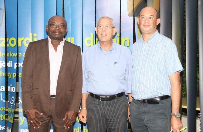 Jean-Pierre Bacot, Jean-Claude Lacouture, maire de l'Etang-Salé, et Mickaël Maillot, directeur du CCEE Réunion
