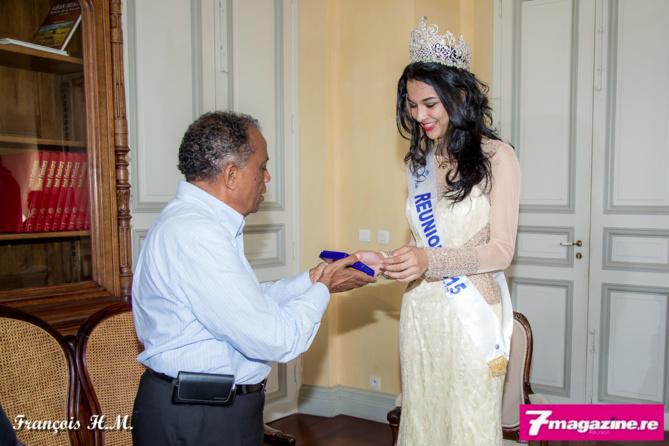 Le maire remet à Azuima Issa la médaille de la ville